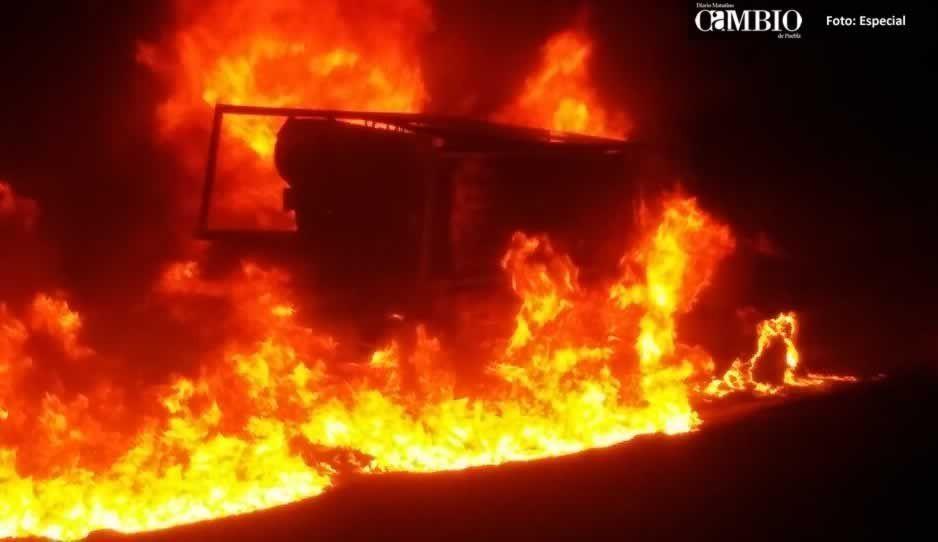 Se incendia unidad con huachicol en Texmelucan