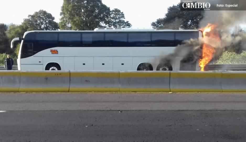 VIDEO: Se incendia autobús de la agrupación Sonará Dinamita en la autopista México-Puebla