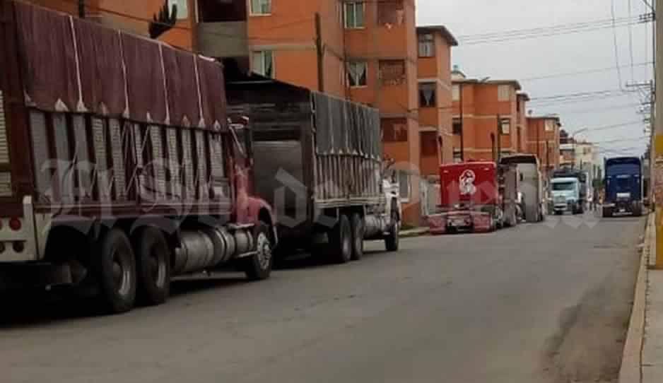 Calles de Texmelucan: estacionamiento de camiones y tractocamiones para cargar huachicol