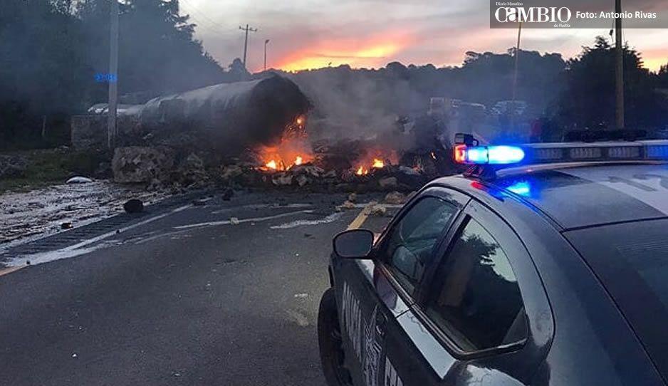 Choque provoca voraz incendio en la Puebla-Córdoba; hay cuatro lesionados