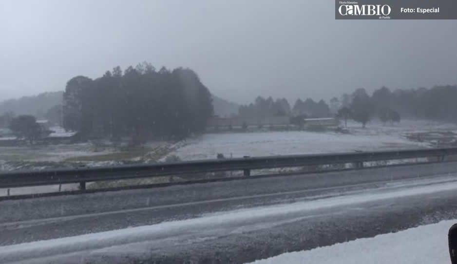 Fuerte granizada cubre la autopista Tlaxco- Tejocotal, ya se registró un choque (FOTOS y VIDEO)