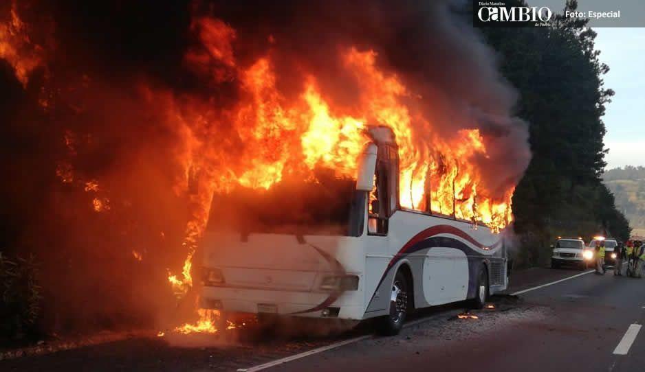 Se incendia autobús sobre la México-Puebla que se dirigía a la capital poblana (FOTOS)