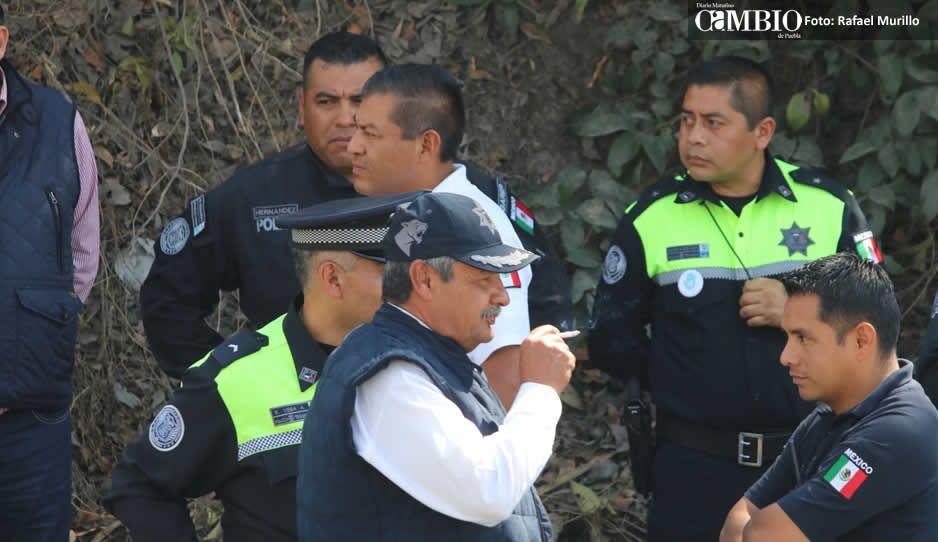 Apedrean ambulantes a inspectores en Totimehuacán y queman unidad oficial