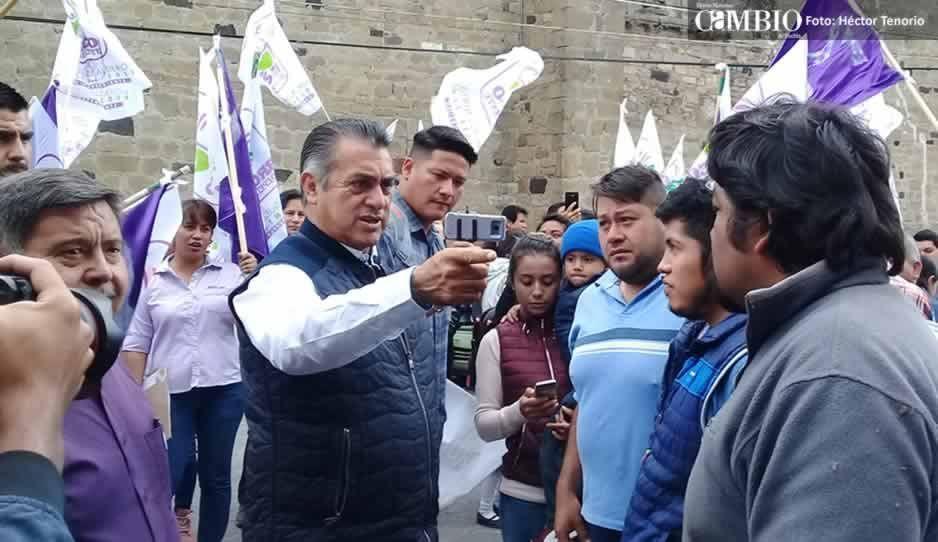 Simpatizantes lloran al ver al Bronco en su visita a Huejotzingo