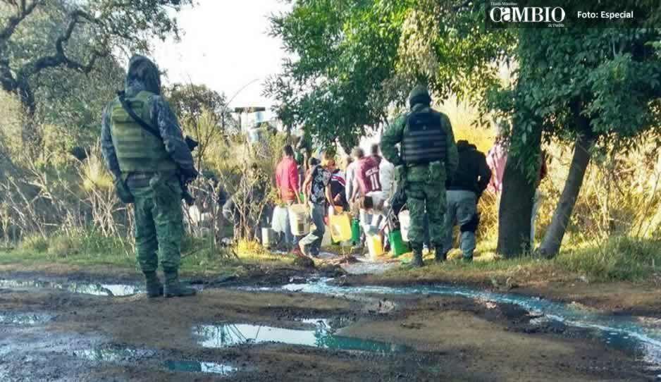 Pobladores de Tlahuapan hacen rapiña con combustible regado en toma clandestina