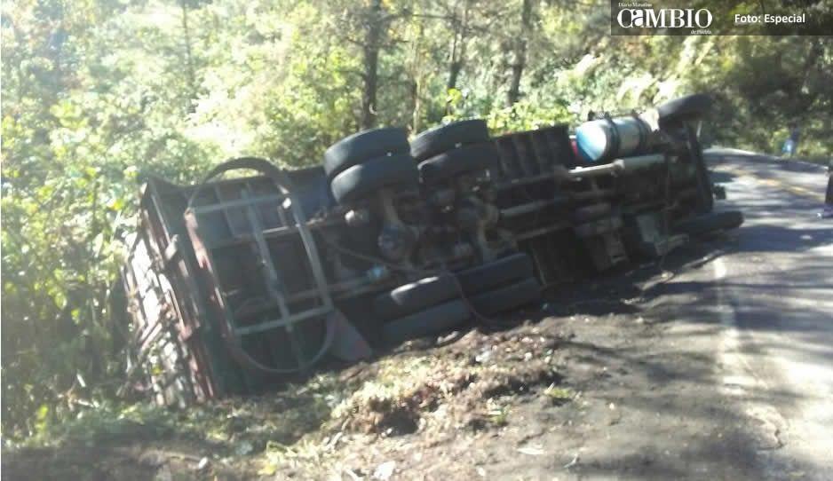 Camión cargado de verduras termina volcado en la federal Amozoc-Nautla