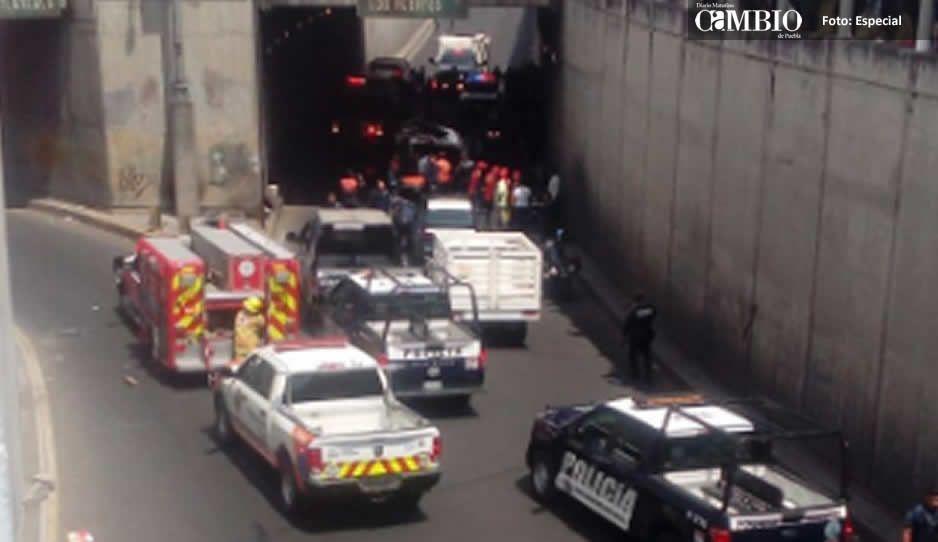 Combi se voltea en bajopuente de la CAPU; hay siete heridos