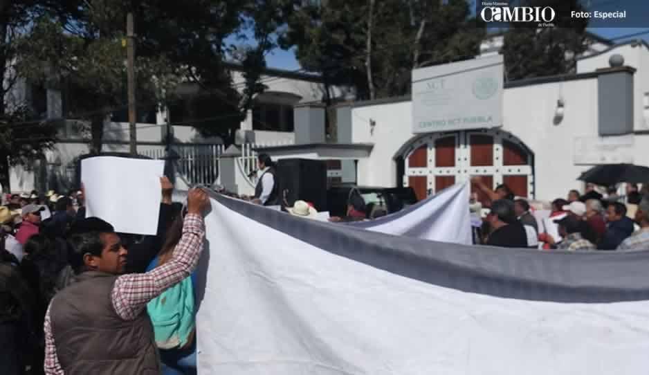 Campesinos de Tlahuapan bloquean la SCT en Puebla en exigencia de obras y pagos