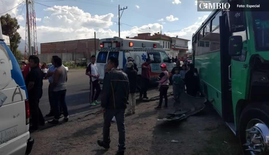 Choque entre transporte público y camioneta deja cuatro lesionados en Tlahuapan