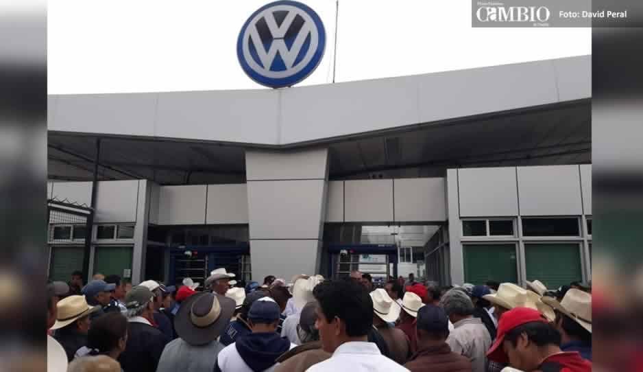 Manifestantes bloquean la autopista México-Puebla y los accesos de la Volkswagen (VIDEO)
