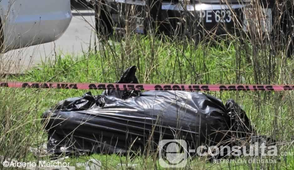 Abandonan cuerpo embolsado con narcomensaje en Coronango