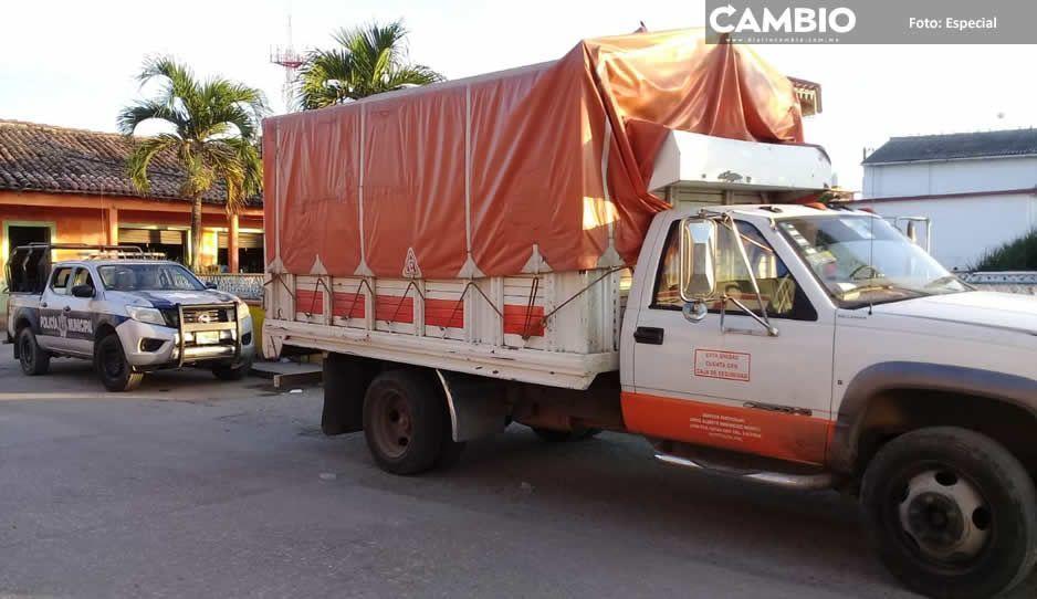 Alcalde de Xiutetelco usa patrullas para  escoltar camionetas de negocio familiar