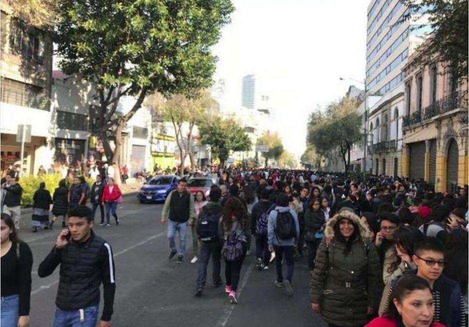 Miles de jóvenes le piden a AMLO becas prometidas, bloquean Bucareli en CdMx