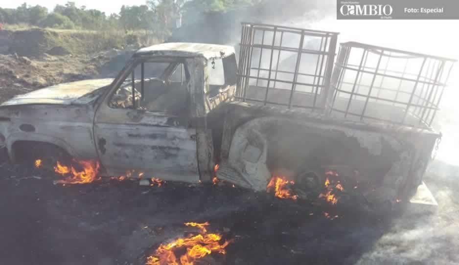 Localizan camionetas calcinadas que transportaban huachicol en Tepatlaxco