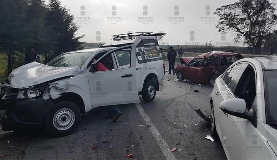 Carambola de 9vehículos enla carretera Los Reyes-Zacatepec no deja lesionados