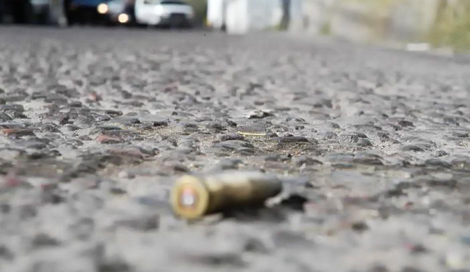 Encuentra a su marido baleado en camino Atzitzihuacán