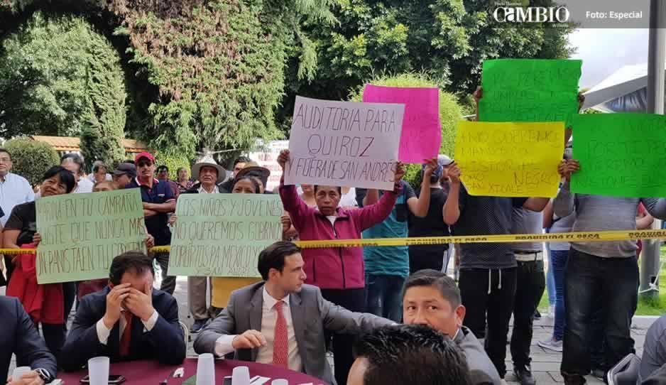 Abuchean a regidores panistas en toma de protesta de Karina Pérez en San Andrés