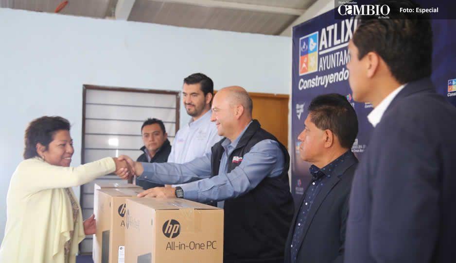 Galeazzi entrega equipamiento tecnológico a escuelas de Atlixco
