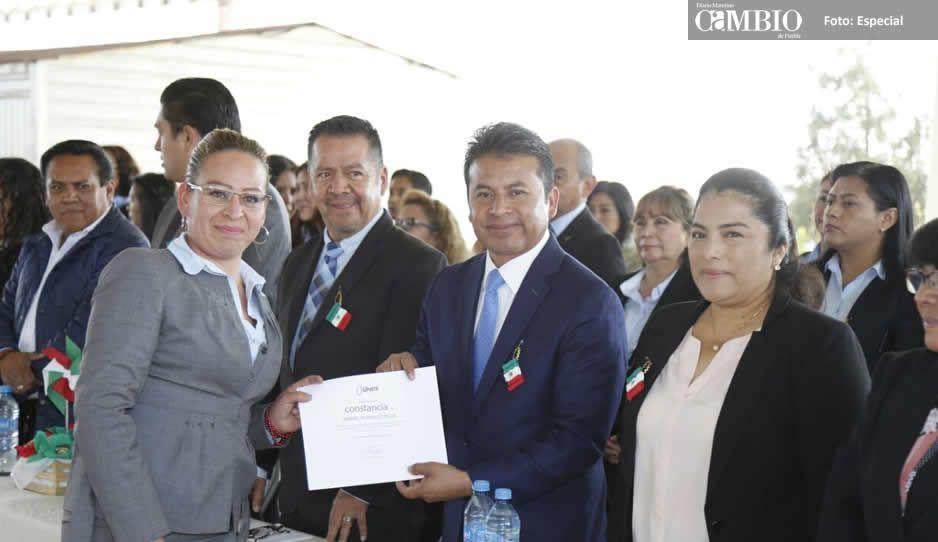 Entrega Leo Paisano equipo de cómputo: 406 alumnos beneficiados