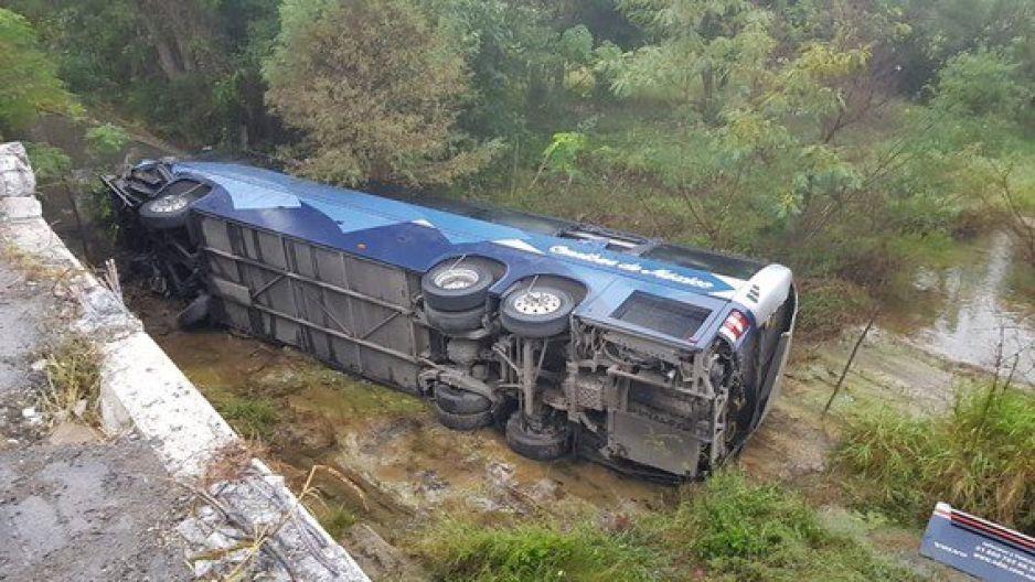 Al menos seis muertos y 14 heridos deja volcadura de autobús en Montemorelos, Nuevo León