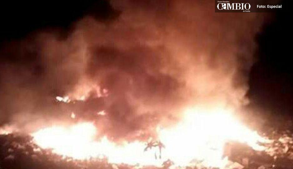 Combaten incendio en basurero de Tehuitzingo