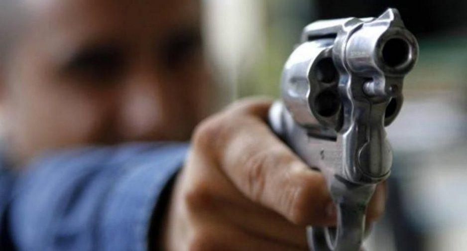 Hombre es recibido a balazos por su violento suegro cuando iba a pedir mano de su novia
