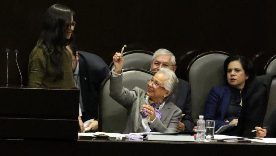 ¿Legalización? Diputada le regala churro de mariguana a Olga Sánchez Cordero (VIDEO)