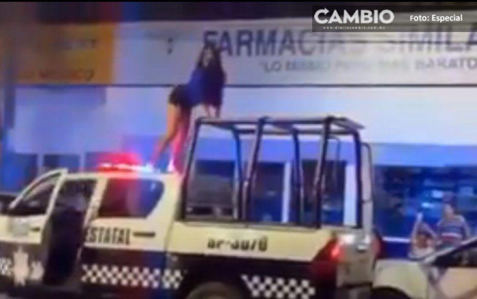 "Mujer veracruzana se trepa a la patrulla para bailar un ""perreo intenso"" (VIDEO)"