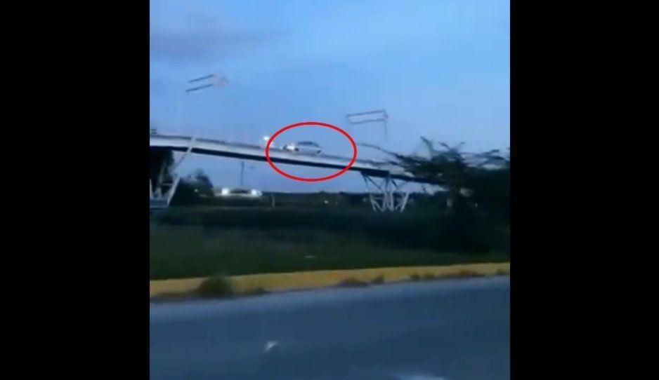 ¿Cómo le hizo? Automóvil se sube a la ciclopista elevada de Las Torres (VIDEO)