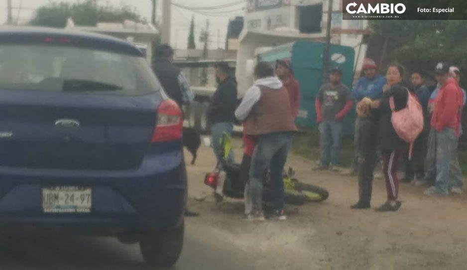 Choque entre automóvil y motociclista deja un lesionado en Texmelucan