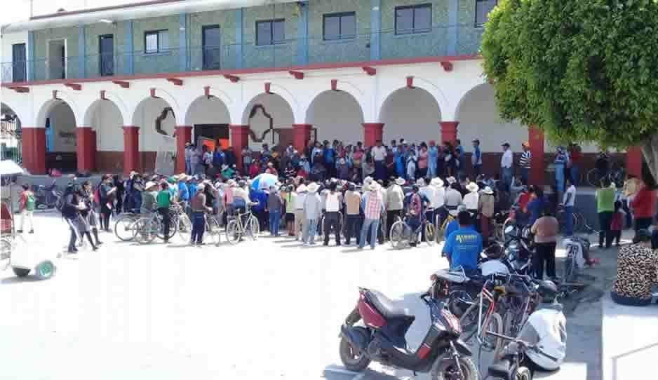 Bloquean pobladores de Moyotzingo proceso de entrega recepción