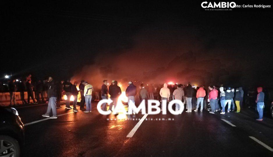 VIDEO: Pobladores de Tlanalapan bloquean la autopista; queman llantas por levantón de dos vecinos