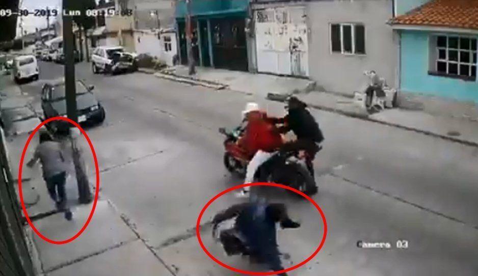 VIDEO: Mujer huye de asalto dejando que atraquen a su novio