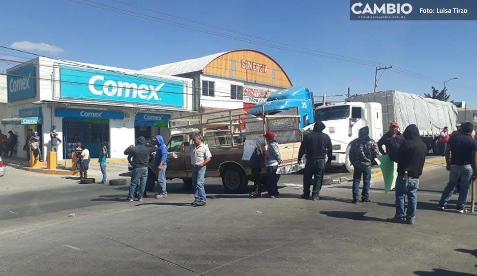Cierran la federal a Tehuacán en protesta por la imposición de inspectores en comunidades de Amozoc