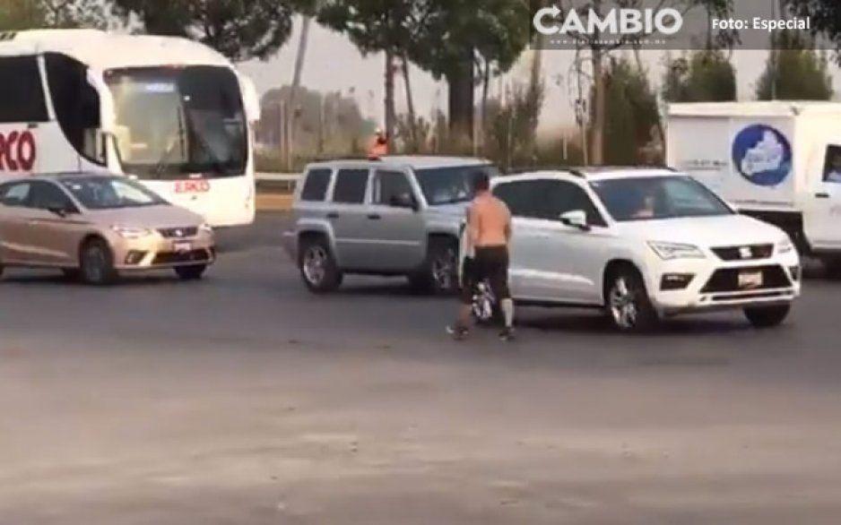 Video: ¡Cuidado! Sujeto semidesnudo camina a contra flujo en la Vía Atlixcáyotl