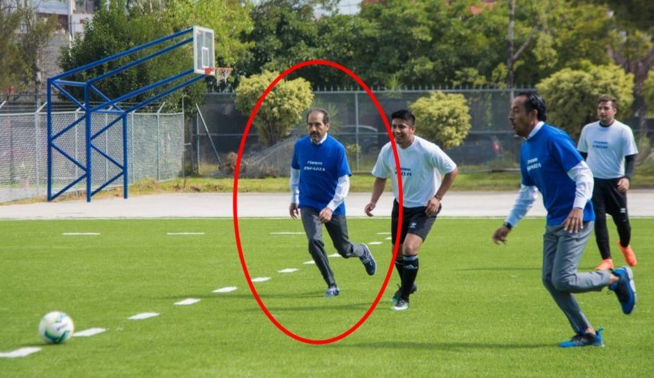 No es el Kikín Fonseca, es el rector Alfonso Esparza jugando futbol (VIDEO)