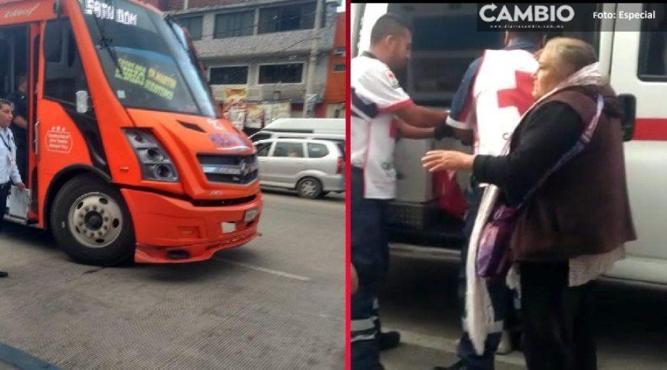 Unidad de servicio público atropella a mujer de la tercera edad y un menor en Texmelucan