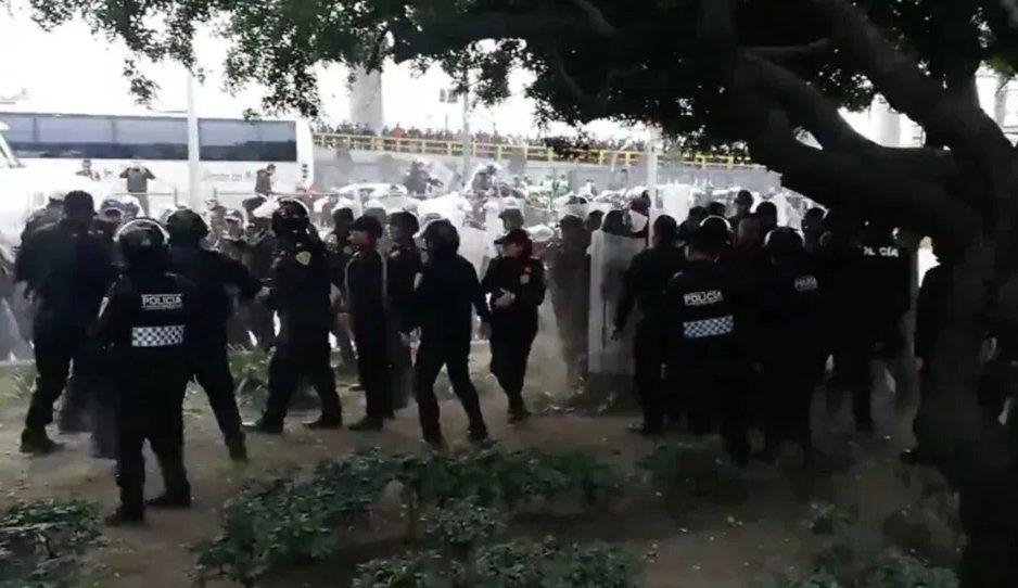 Protesta de la Policía Federal en el AICM termina en riña (VIDEO)