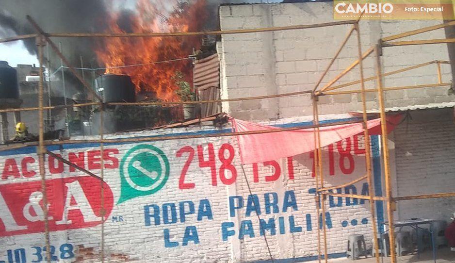 Se incendia vivienda en Texmelucan, bomberos intentan sofocar el incendio