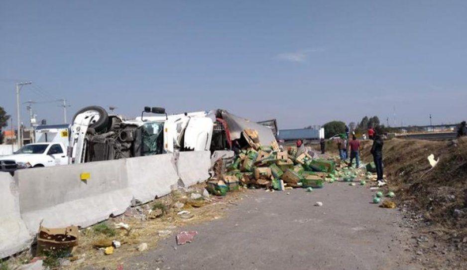 Vuelca trailer con lechugas y pobladores de Ecatepec se avorazan (VIDEO)