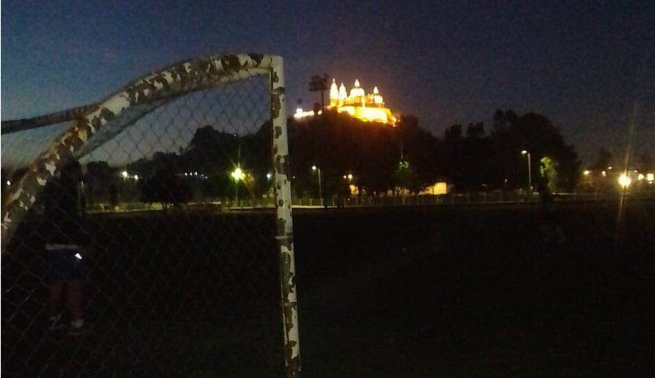 Cholultecas se quedan sin luz en el centro deportivo Quetzalcóatl y le reclaman Karina