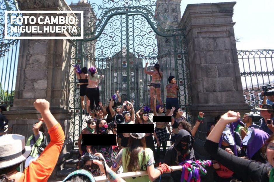 Católicos también protegen la Catedral con valla humana ante ataques feministas (FOTOS y VIDEO)