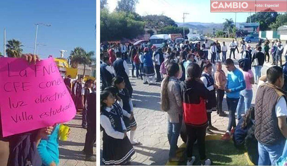 CFE le corta la luz a escuela y antorchistas enardecen y se manifiestan en Tecomatlán