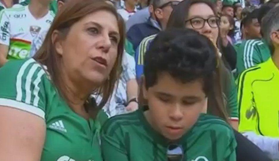 Silvia Grecco gana el premio The Best a la mejor afición: ella lleva al estadio y le narra todos los juegos del Plameiras a su hijo ciego