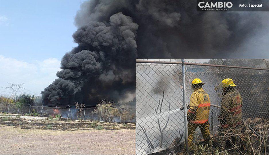 VIDEO: Bomberos de Texmelucan controlan incendio cerca de ductos de Pemex, ¡era basura y llantas!