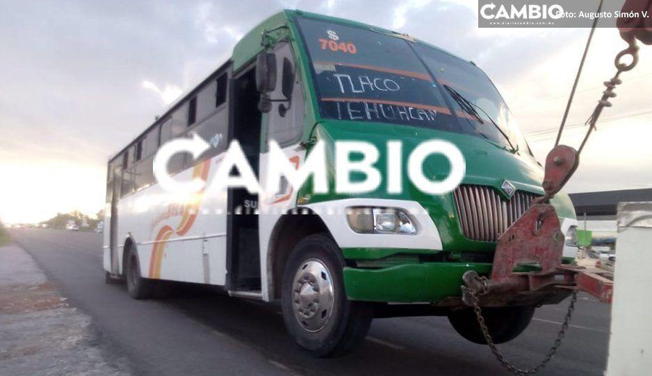 ¡Chofer animal! Muere niño al caer de microbús sobre la Puebla-Tehuacán