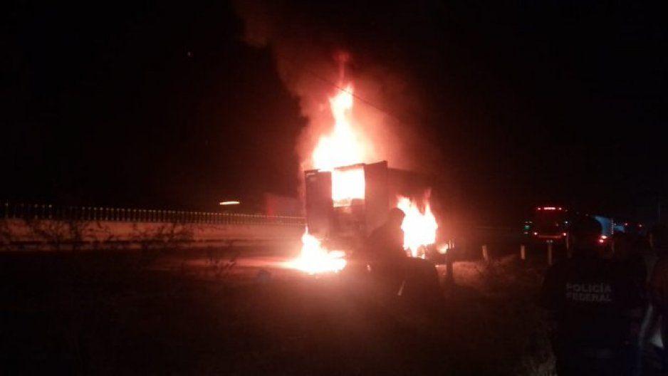 Explota tractocamión y genera caos en la Puebla-Orizaba