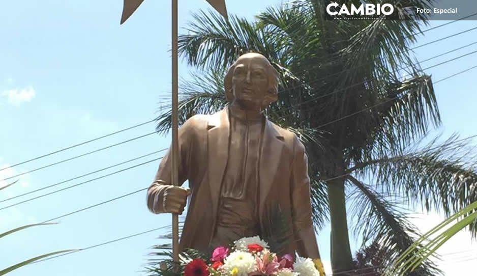 Regresa estatua de Miguel Hidalgo a calle de Atlixco