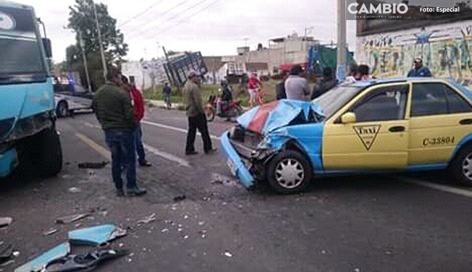 Dos lesionados tras choque entre unidad del servicio público y taxi en El Verde