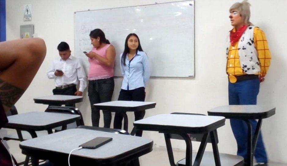 Payasito de día, estudiante de derecho en la tarde: no pudo cambiarse y así llegó a su clase (VIDEO)